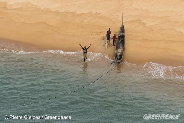 La pesca industrial 'esquilma' las costas de África