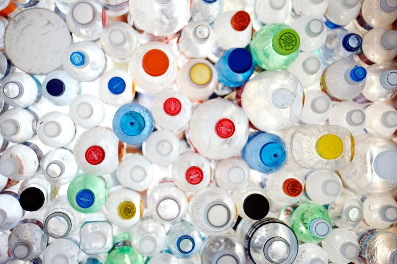 Las botellas de plástico deben reciclarse Nunca rellenarse