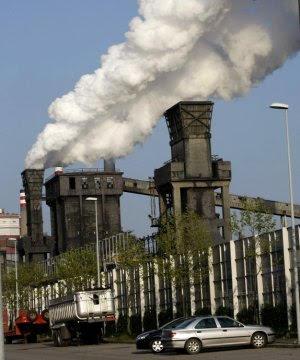 Medio Ambiente investiga una nube contaminante procedente de las baterías de Arcelor en Avilés