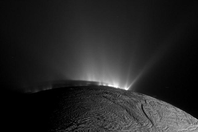 El Sol deja al descubierto los chorros de vapor de agua y hielo de Encelado