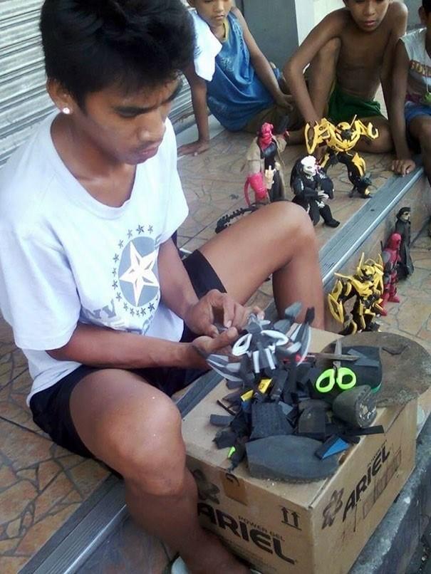 Ayuda a su familia y colabora con el medio ambiente transformando chanclas en juguetes