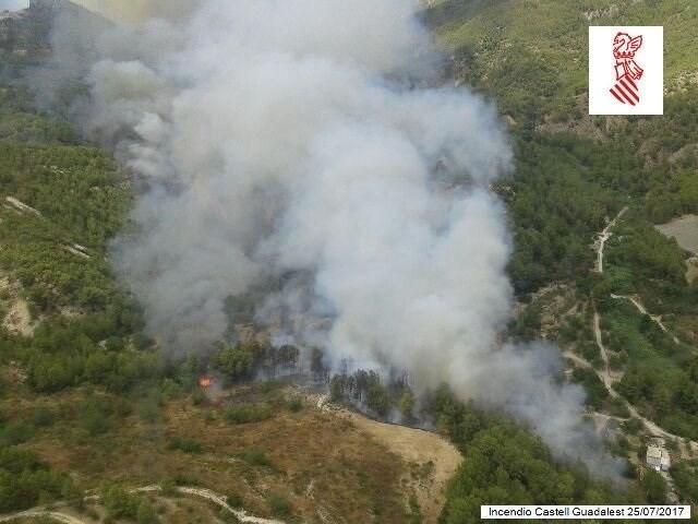 El incendio en Castell de Guadalest sigue activo pero evoluciona favorablemente