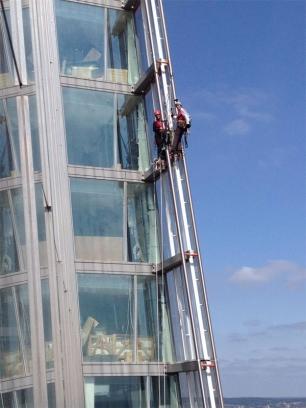 Activistas de Greenpeace escalan el edificio más alto de Europa
