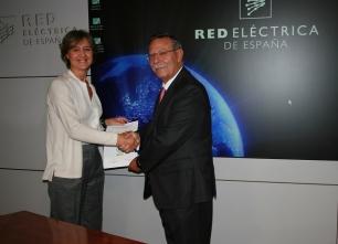 Medio Ambiente entrega el certificado de inscripción en el Registro de Huella de Carbono, Reducción y Compensación a Red Eléctrica de España
