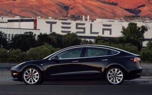 Elon Musk muestra el primer Tesla Model 3 salido de fábrica
