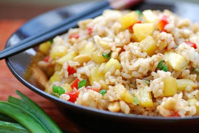 Arroz frito oriental con col y coco