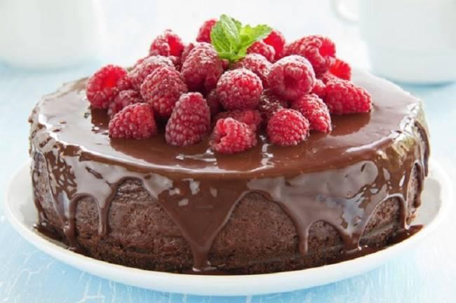 Pastel de chocolate con frutos rojos para veganos