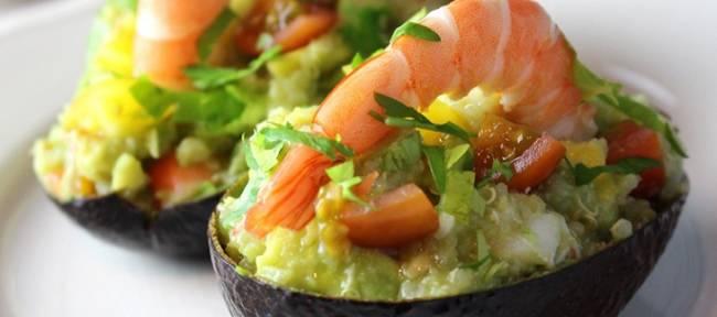 Aguacates con quinoa y langostinos