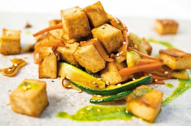 Crujiente de tofu con wook de verduras salteadas