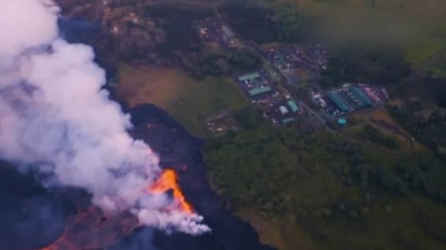 La lava del volcán hawaiano Kilauea se aproxima a una planta geotérmica con sustancias inflamables y tóxicas