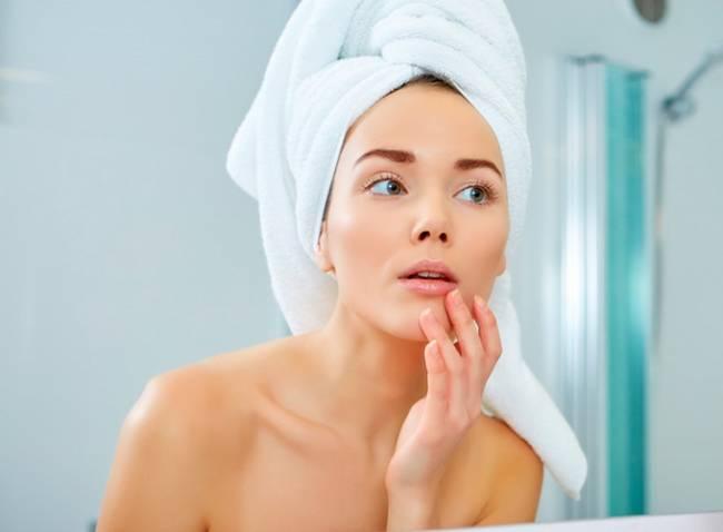 Dormir ocho horas más una alimentación saludable para cuidar la piel tras el verano