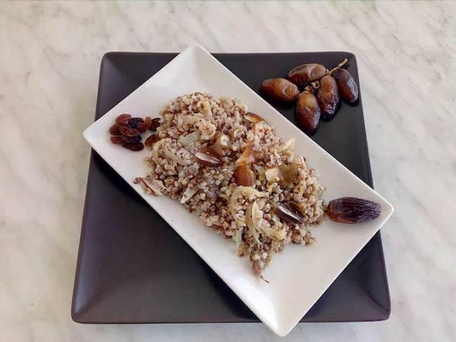 Alforfón o trigo sarraceno frito con dátiles y uvas pasas