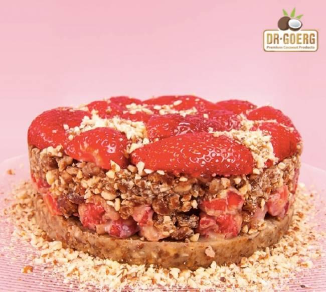 Tarta de fresas con almendras, dátiles y platano