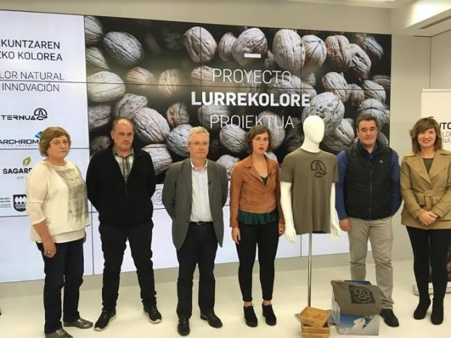 Ternua ha presentado su proyecto de reutilización de cáscaras de nueces para elaborar tintes naturales