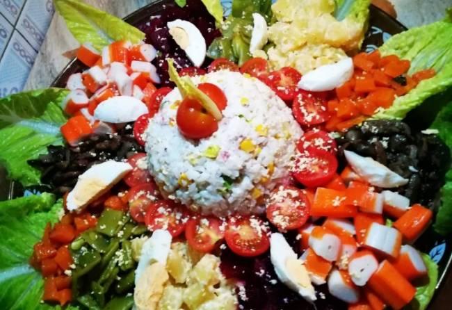 Ensalada vegetal con champiñones y frutos del mar