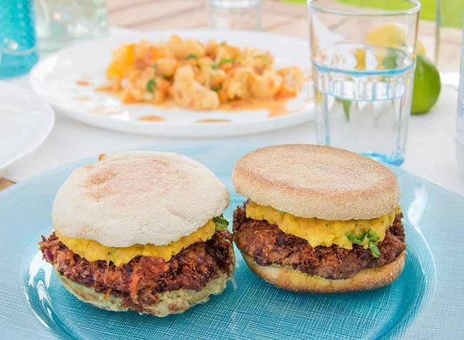 Hamburguesas vegana con aguacate y mango